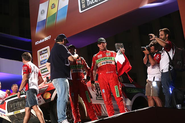 Buenos Aires. El piloto peruano Nicolás Fuchs muestra el reconocimiento recibido al finalizar en el puesto 12 del Dakar.  ITEA PHOTO / A. LINO
