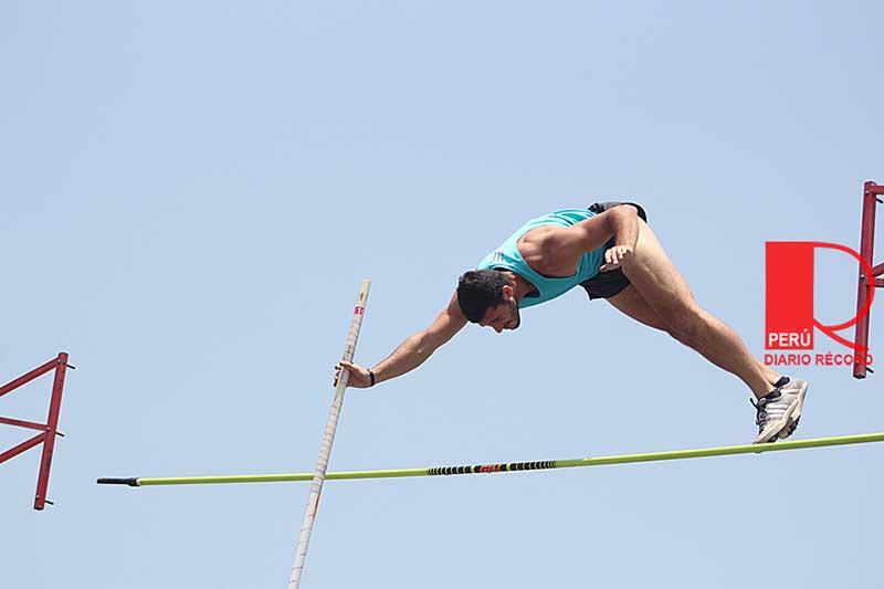 Joaquin León en la prueba de salto con garrocha. Él estará en los Juegos Bolivarianos 2017. FOTO: Erika Vásquez / Diario Récord Perú