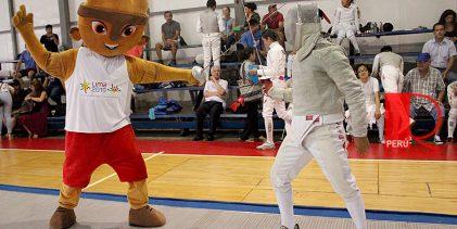[LIMA 2019] Milco, la mascota panamericana, visitó y practicó esgrima